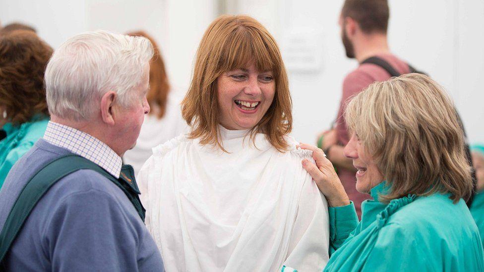 Enillwyr prif wobrau'r Eisteddfod sy'n gwisgo'r wisg wen. // White robes are worn by winners of the main Eisteddfod prizes.