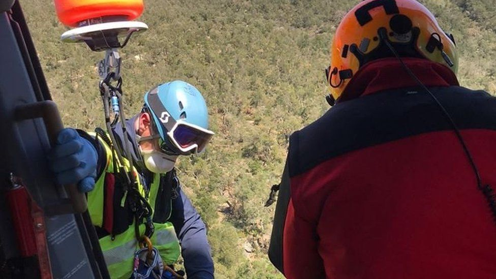 French rescuers airlift man from Pyrenees (04/04/20)