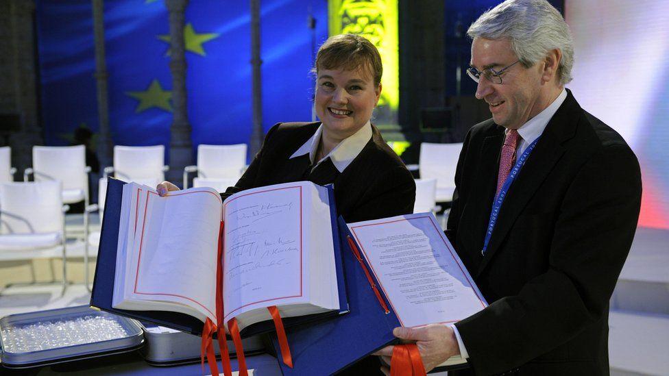Officials with Lisbon Treaty, 13 Dec 07