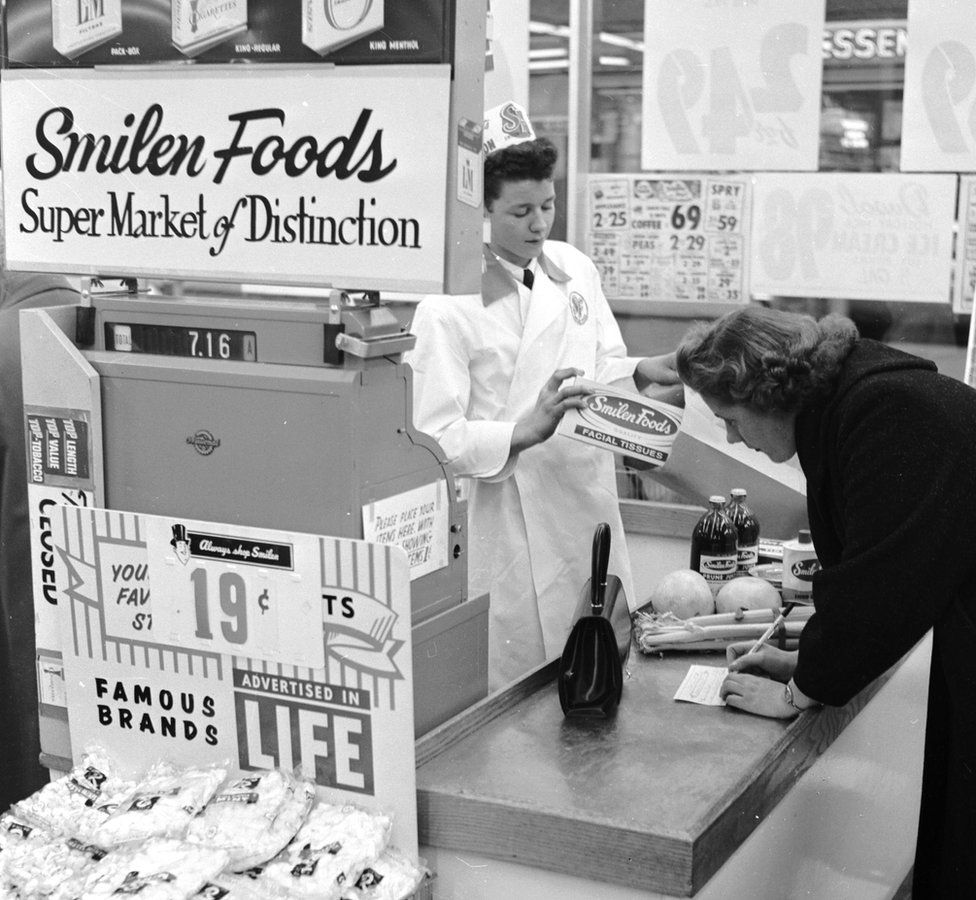 A 1950s US supermarket with a manual cash register