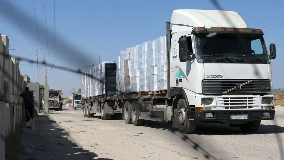A lorry carrying goods is seen through a fence after Israel reopened the Kerem Shalom crossing with the Gaza Strip (25 May 2021)