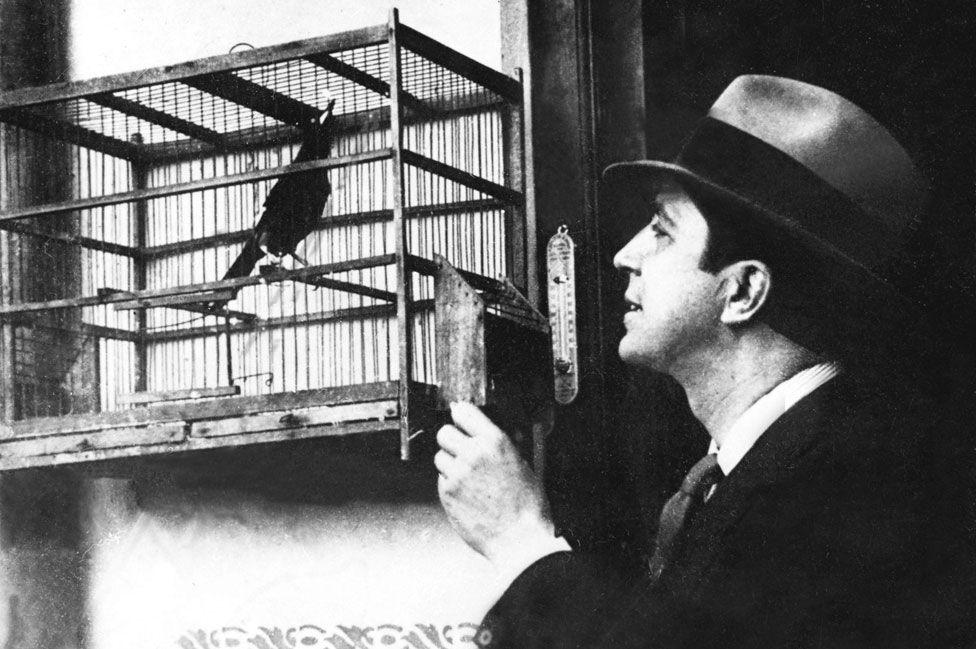 La muerte de Carlos Gardel: la polémica teoría de un científico que cuestiona la versión oficial sobre el accidente aéreo en el que falleció el cantante de tango más famoso del mundo