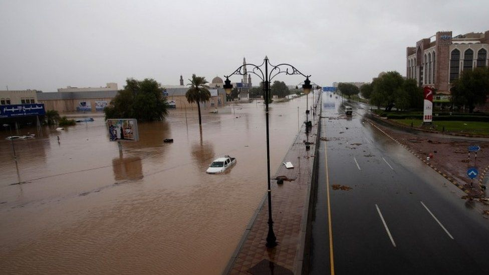 Carros são vistos em ruas inundadas após a tempestade tropical Shaheen atingir a capital Muscat