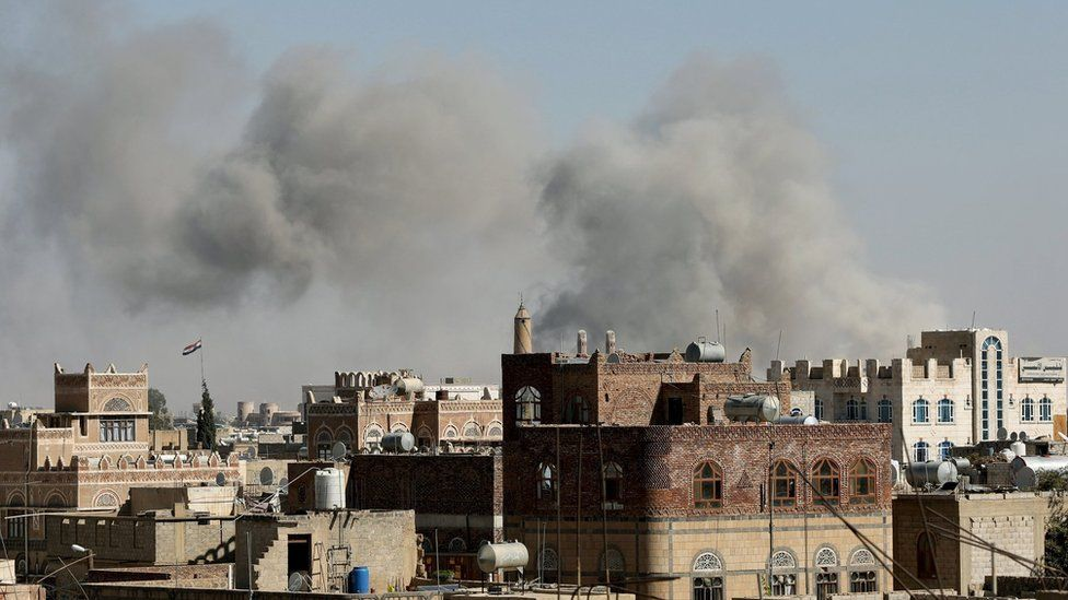 Smoke rises from the Yemeni city of Sanaa after an air strike by the Saudi-led coalition (27 November 2020)