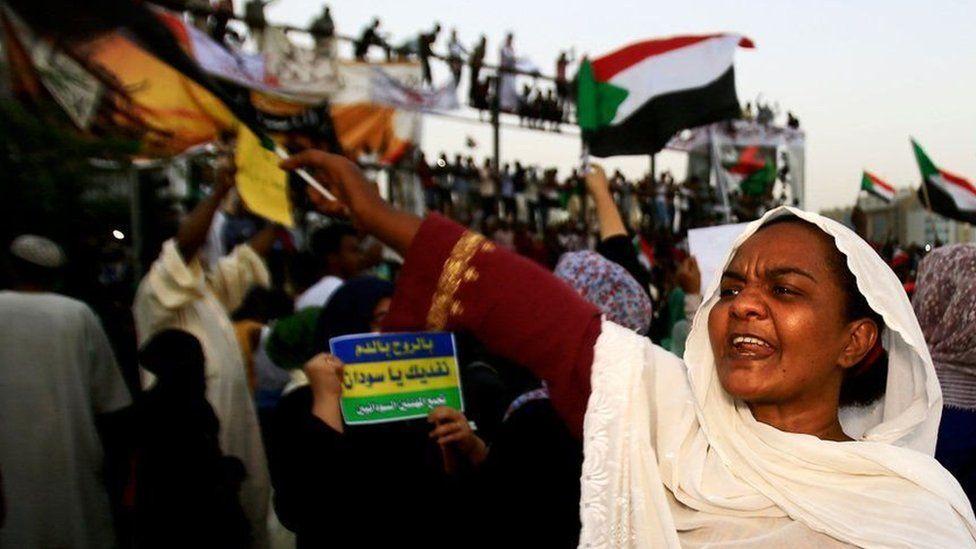 """مظاهرات السودان: هل ينجح السودانيون في """"حفظ مكتسبات الثورة""""؟"""