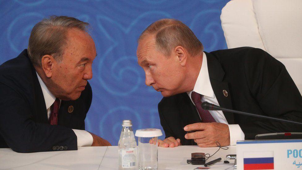 Russian President Vladimir Putin (R) listens to Kazakh President Nursultan Nazarbayev (L)