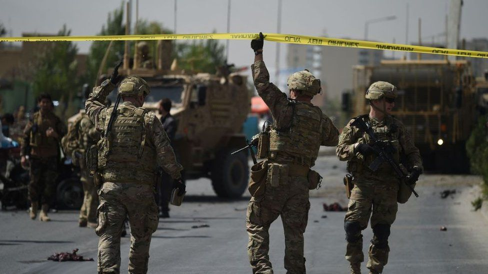 US soldiers arrives at the site of a car bomb attack that targeted a Nato coalition convoy in Kabul on September 24, 2017