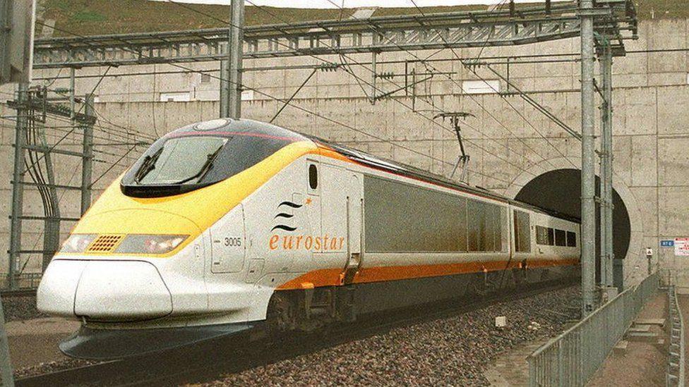 1994年11月14日,第一列客运列车穿越英吉利海峡海底隧道,从伦敦驶往巴黎