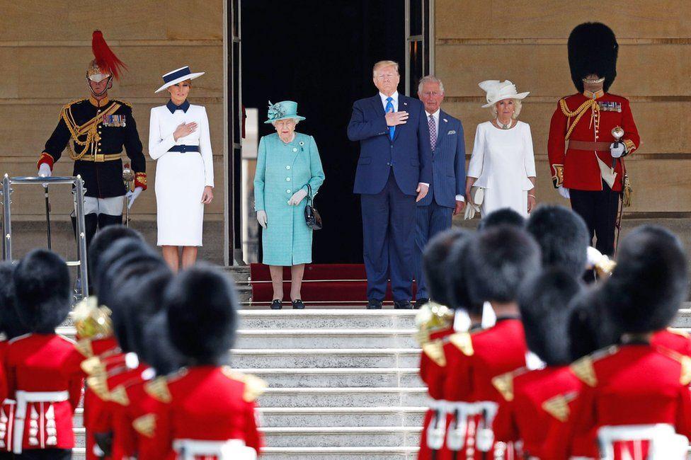 Melania Trump, la Reina Isabel II, Donald Trump, Carlos, el Príncipe de Gales, y Camilla, duquesa de Cornwall.
