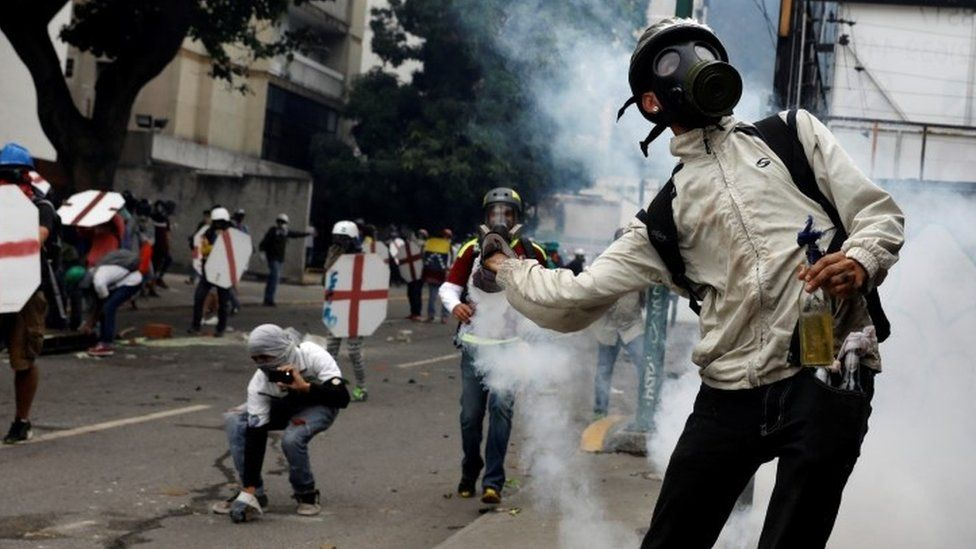 Opposition supporters clash with riot police during a rally against President Nicolas Maduro in Caracas (03 May 2017)