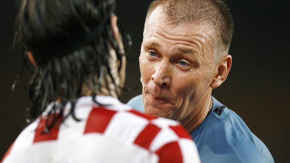 Graham Poll speaking to Croatian midfielder Niko Kovac