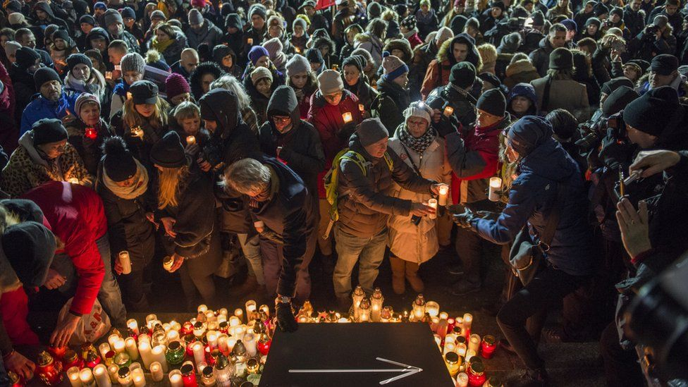 People in Warsaw light candles in memory of the mayor Pawel Adamowicz on 14 Jan