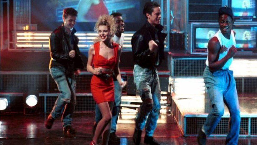 Kylie Minogue yn perfformio The Locomotion ar Top of the Pops yn 1988