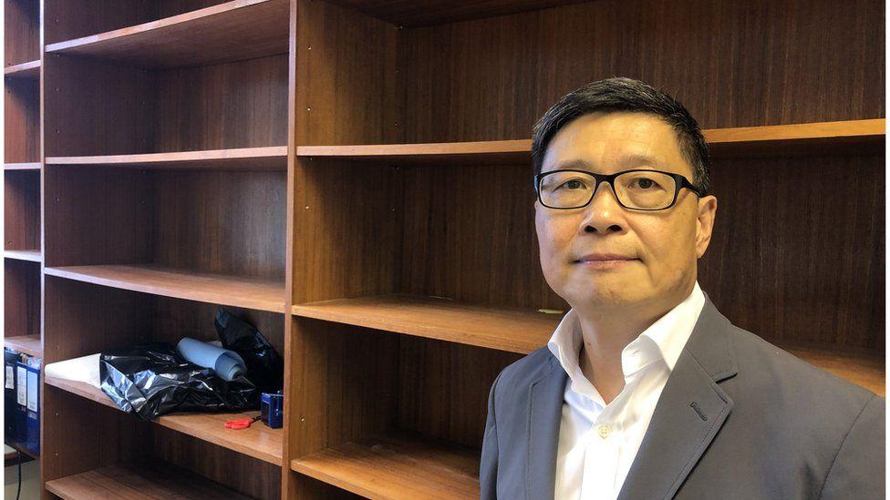 陈健民已经辞去大学教席,访问当天,他把办公室内的所有书本都清理。