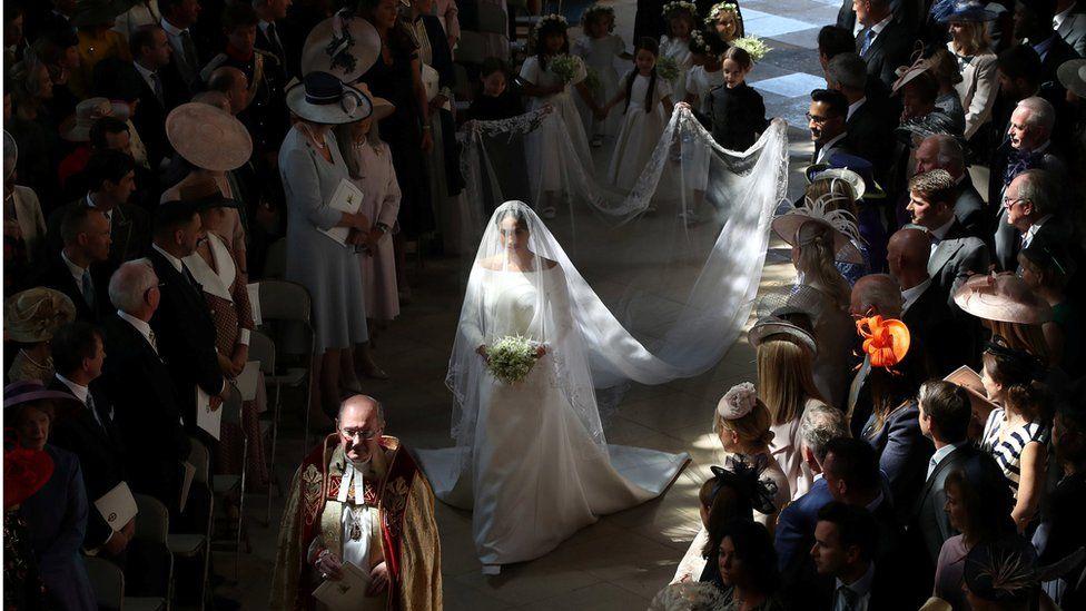 Королівське весілля  детально розглядаємо сукню Меган - BBC News Україна 5768dbcc3ef35