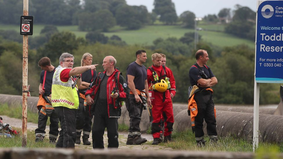 Rescuers organise themselves at the reservoir edge