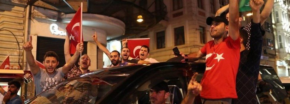 Supporters of Turkish President Recep Tayyip Erdogan shout slogans and hold flags during a demonstration against the failed Army coup attempt at Taksim Square, in Istanbul (16/07/2016)