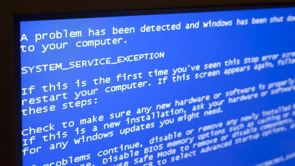 """Qué es la """"pantalla azul de la muerte"""" y qué tiene que ver con la última actualización de Windows 10"""