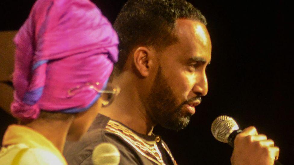 Somali pop star Aar Maanta (R)