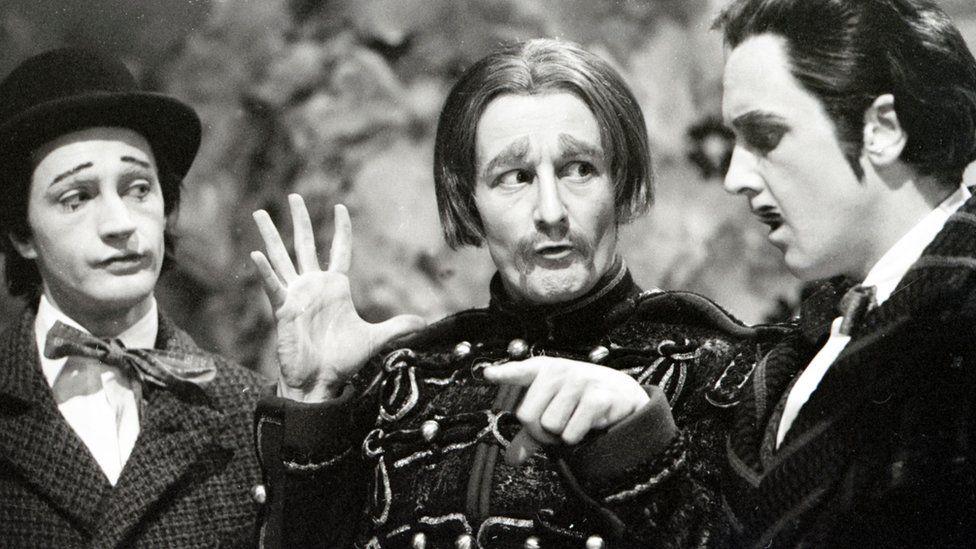Edward Petherbridge as Conrade, Ronald Pickup as Don John and David Hargreaves as Borachi