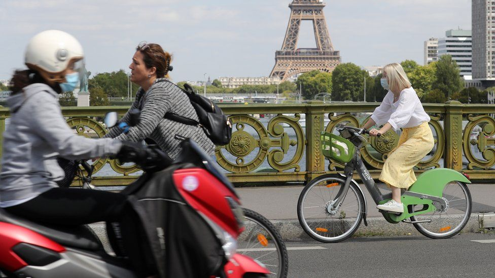 Cyclists in front of the Eiffel Tower
