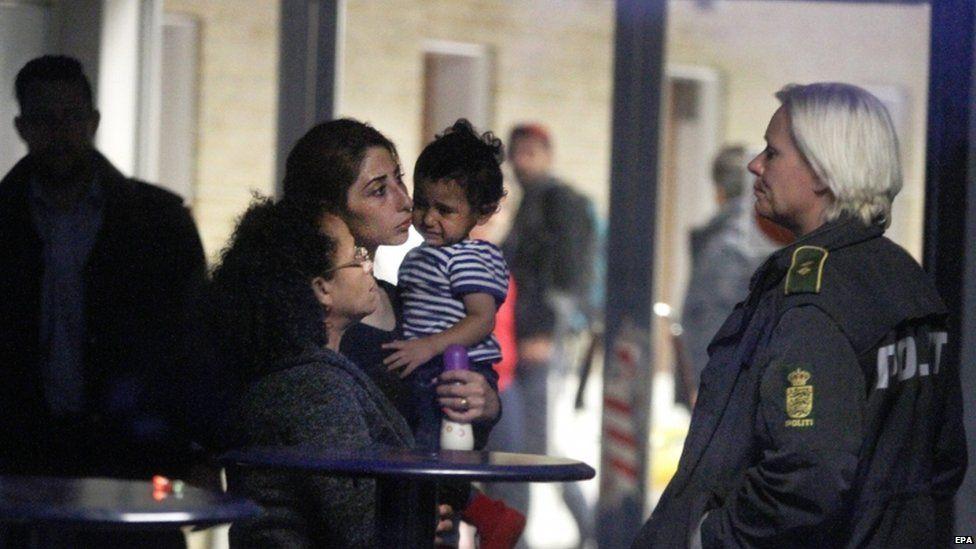 Police escort migrants in Rodby, southern Denmark (6 Sept)