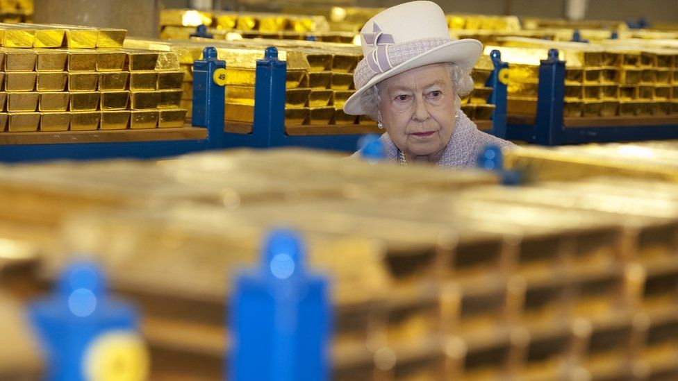 The Queen inspects one of the gold vaults in the Bank of England in 2012