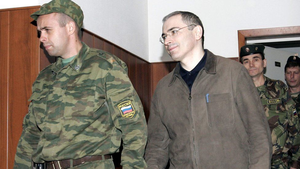 Mikhail Khodorkovsky arrives at Moscow court for appeal in 2005