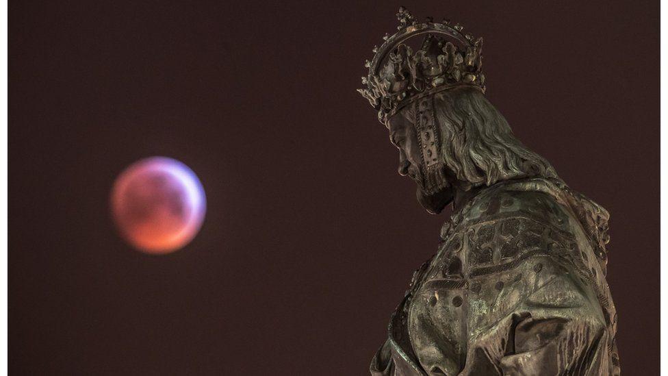 Луна и статуя Карла IV в Праге