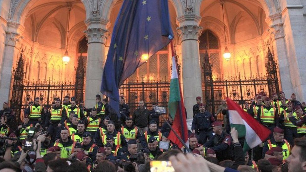 Policemen block the Hungarian parliament entrance as people protest against the bill that they say would undermine the Central European University (09 April 2017)