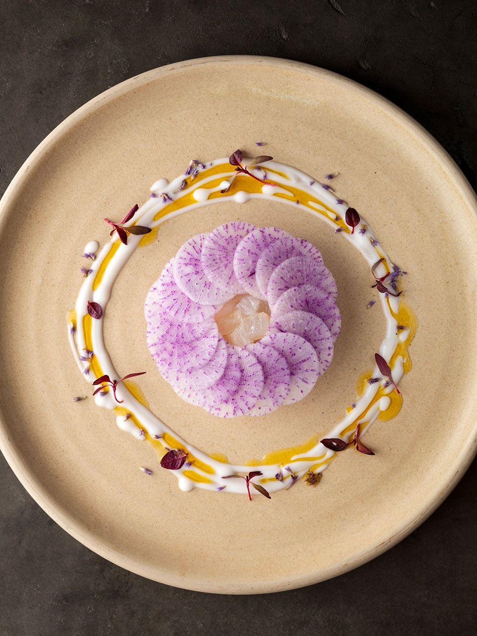 يرتب الهلبوت والفجل على طبق في دوائر