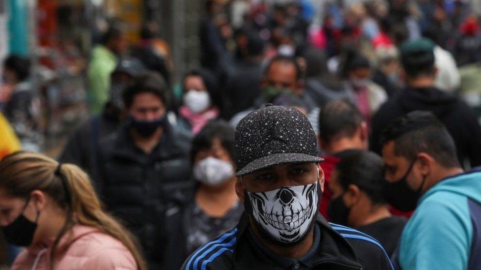 Homem usando máscara em São Paulo
