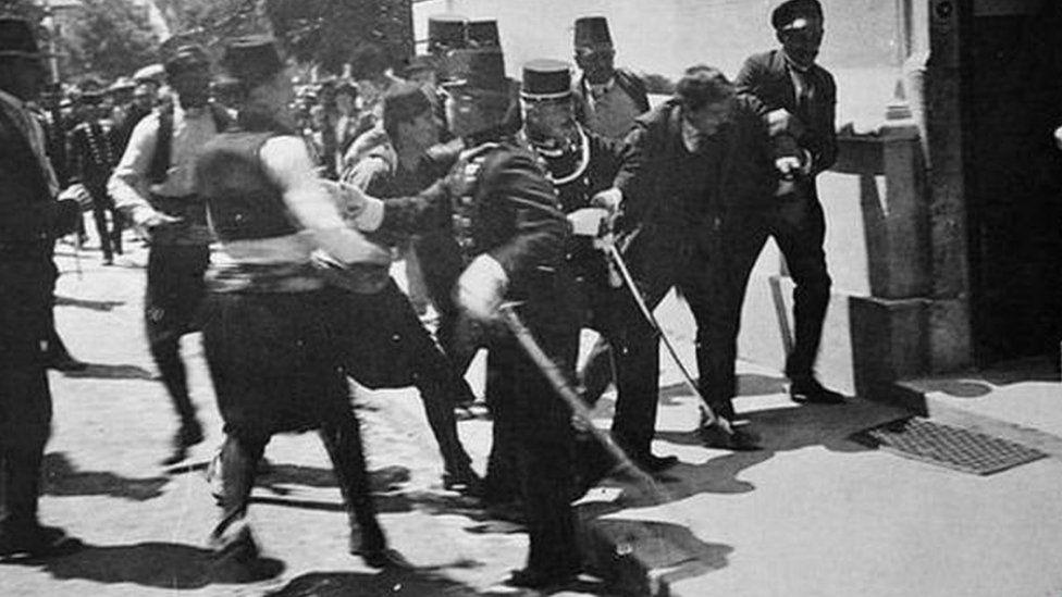 Arestio Gavrilo Princip ar ôl i'r Archddug Franz Ferdinand gael ei saethu'n farw
