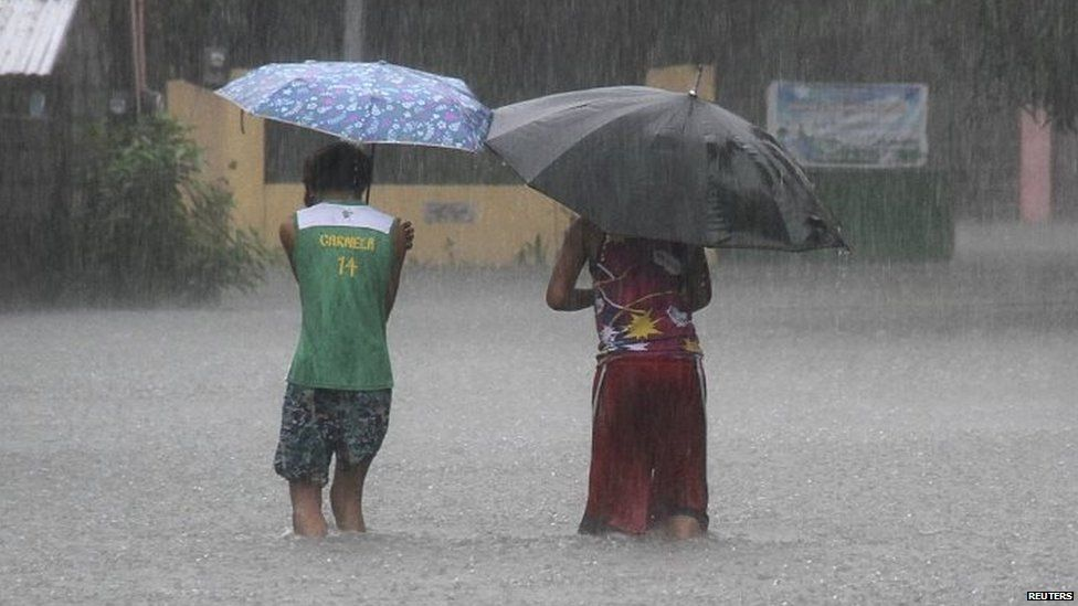 Residents wade across floodwaters caused by Typhoon Goni in Bacnotan, La Union, in northern Philippines 22/08/2015