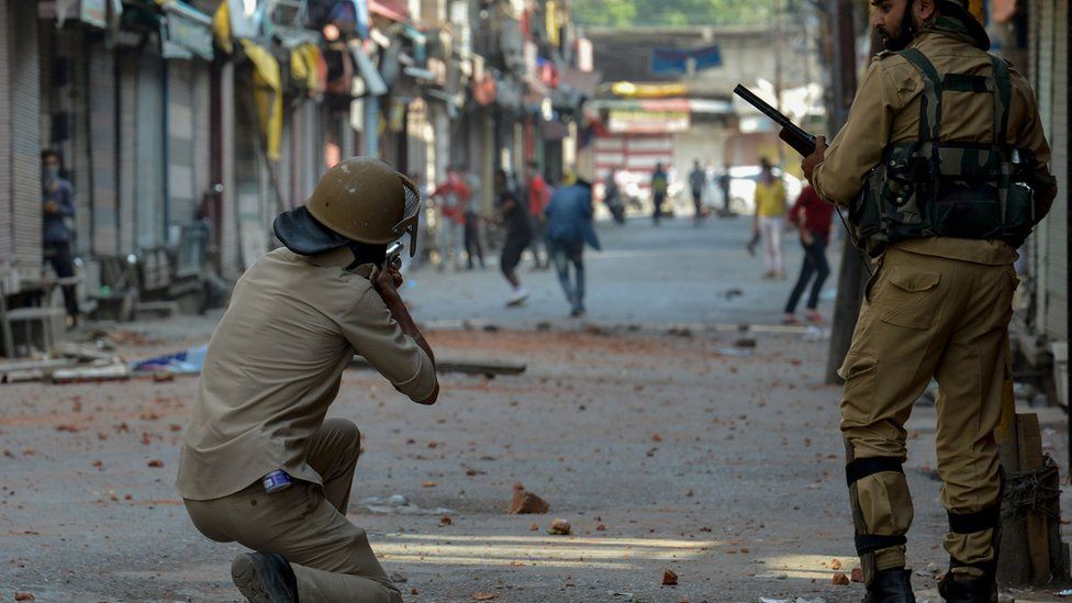 Police take on protesters in Kashmir