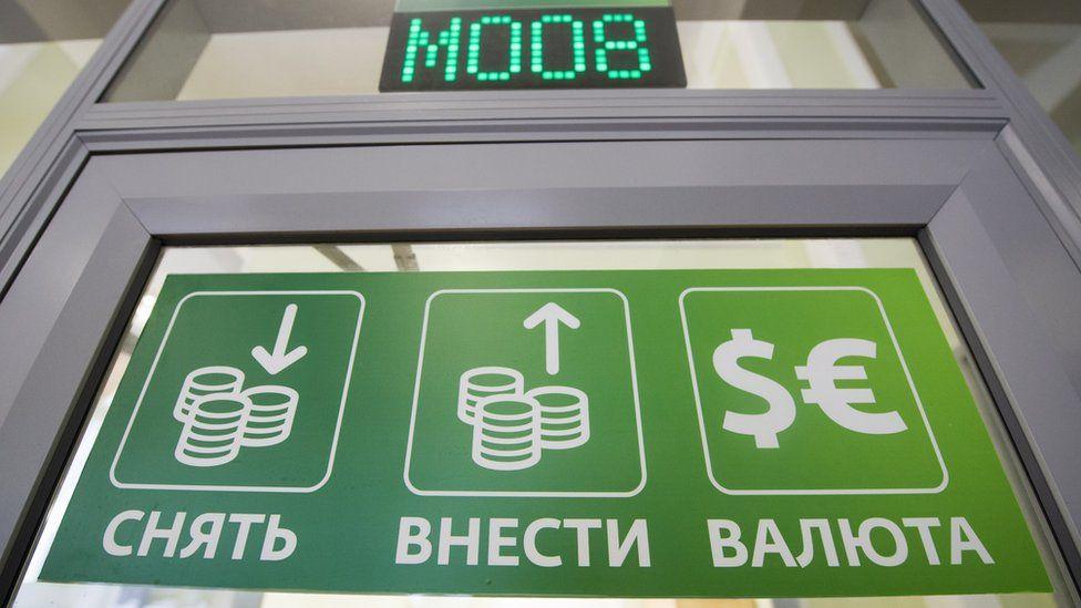 Власти России снова говорят об избавлении от доллара. Нужно ли забирать валюту из банков?