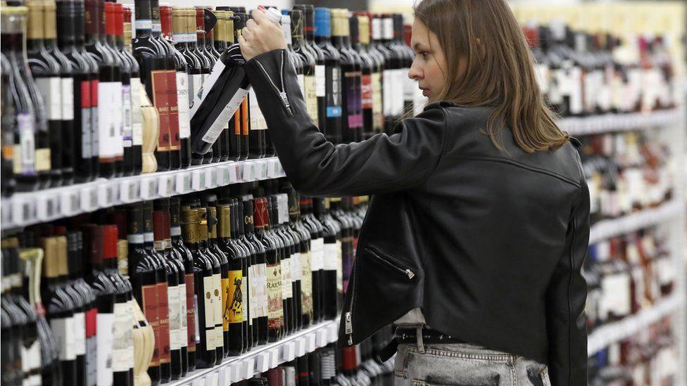 """В сети """"Красное и белое"""" прошли обыски. Это крупнейший продавец крепкого алкоголя в России"""
