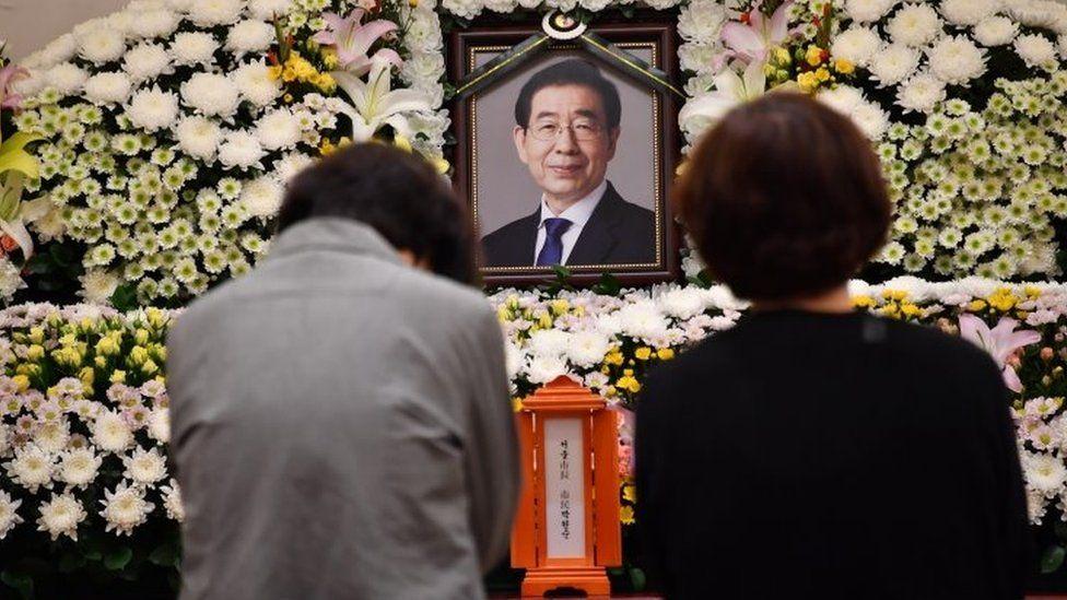 Two women grieve at a shrine for the late Seoul mayor Park Won-soon