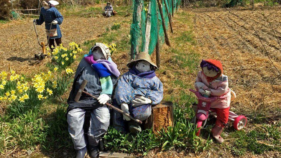 Куклы Аяно-сан изображают крестьян, ее соседей, школьников - всех тех, кто когда-то жил здесь