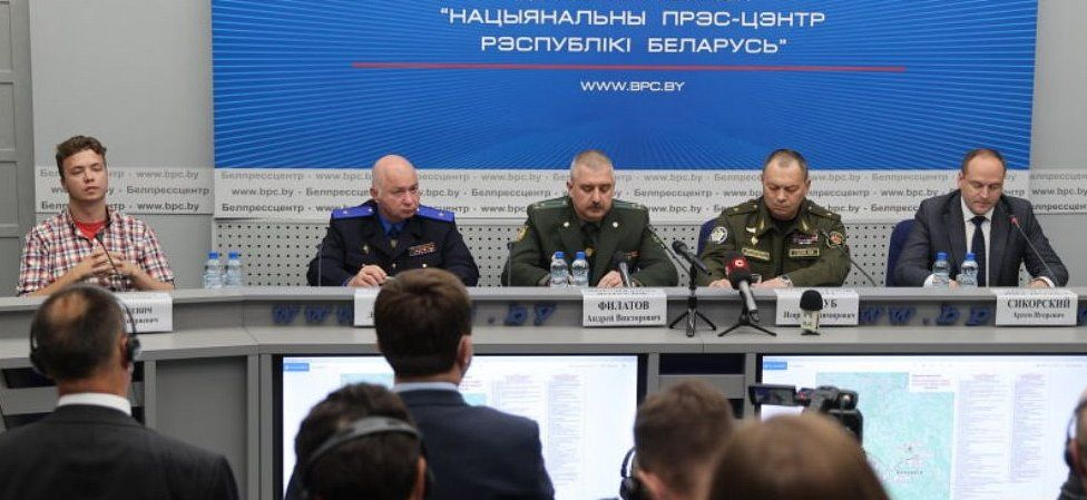 Roman Protasevich and officials at media briefing in Minsk, 14 Jun 21
