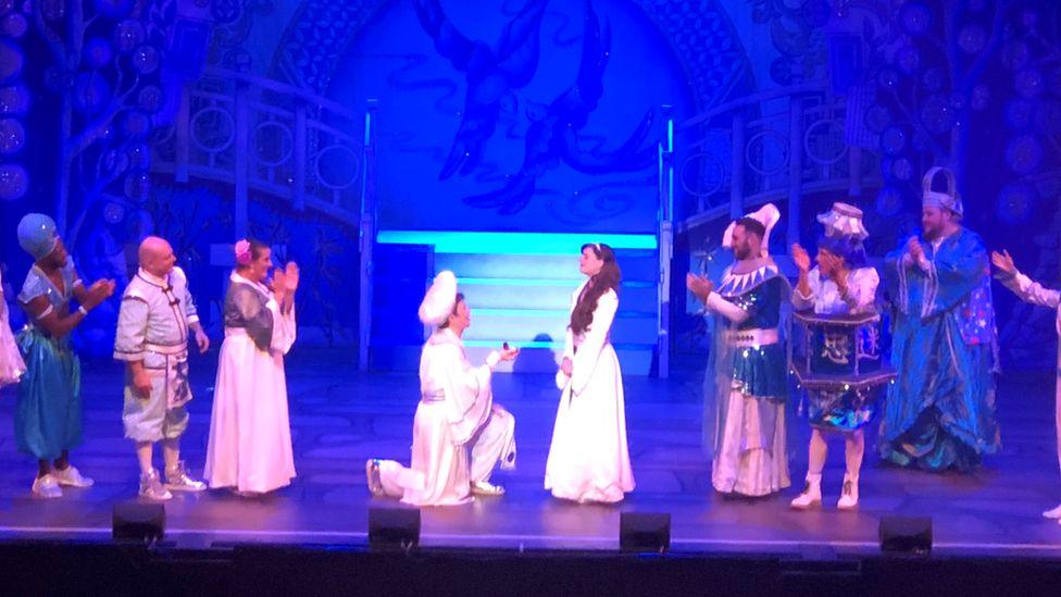 Cast applaud as Aladdin and Jasmine get engaged