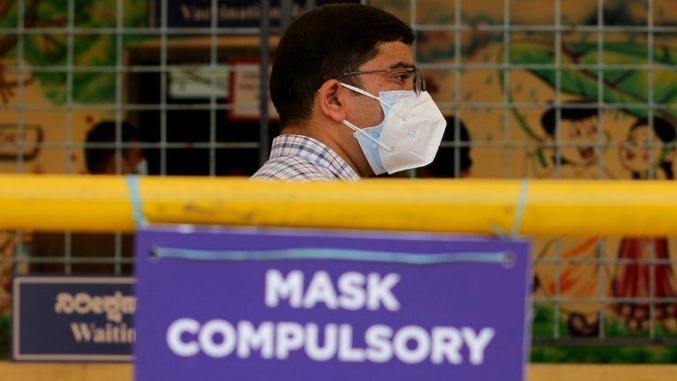 Мужчина из Индии ждет вакцины от COVID-19 во время кампании вакцинации в Бангалоре, Индия, 24 мая 2021 года.