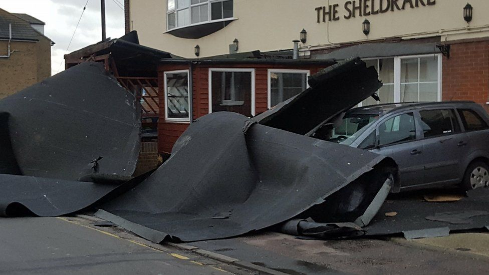 Storm causes Cambridgeshire power cuts and cancels show - BBC News