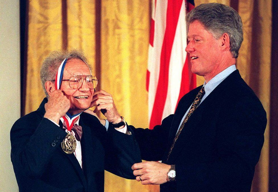 Paul Samuelson (l) receiving the 1996 National Medal of Science from then US President Bill Clinton (r)