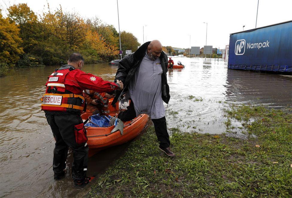Një njeri shpëtohet nga ujërat e përmbytjes