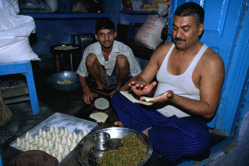 A Delhi samosa vendor