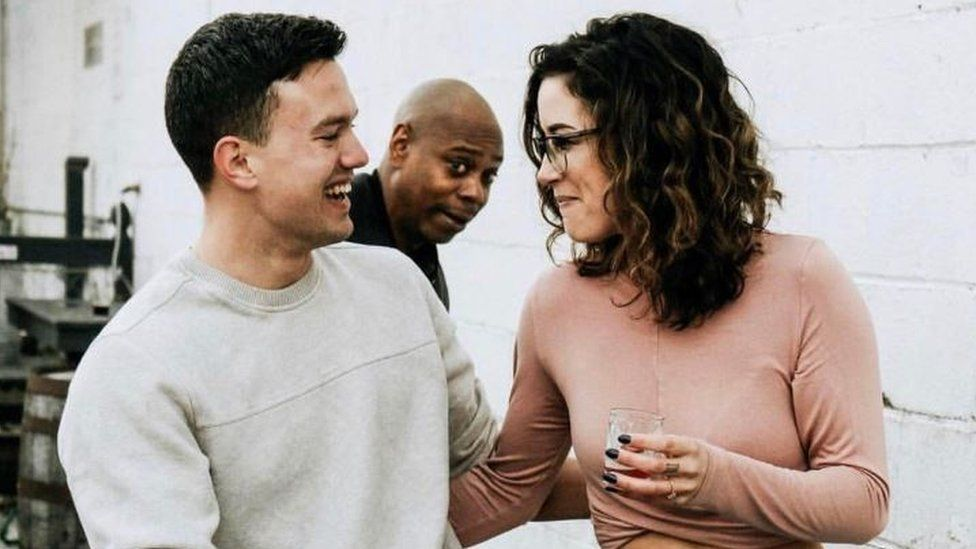 comedian dave chappelle photobombs engagement shoot bbc news comedian dave chappelle photobombs