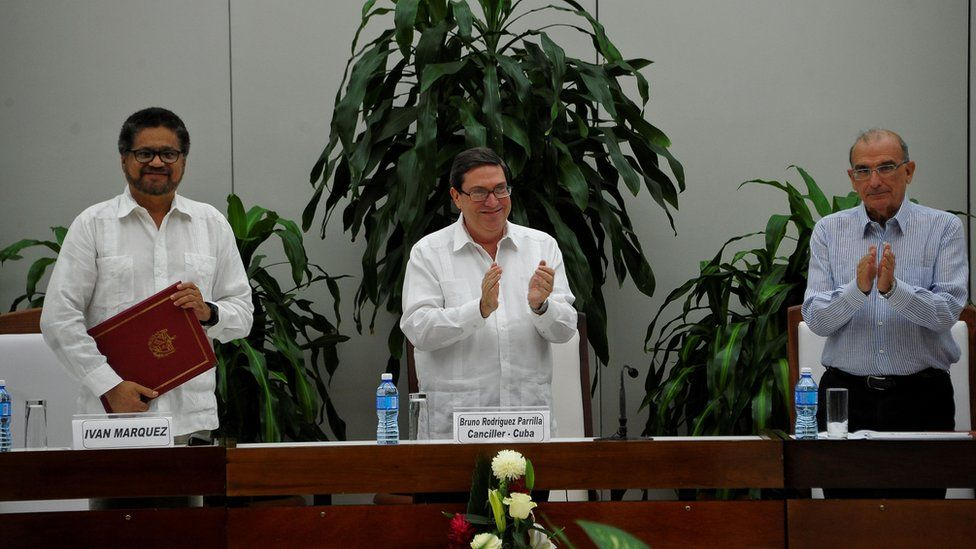 Cuban Foreign Affairs Minister Bruno Rodriguez Parrilla (C) applauds after FARC-EP leftist guerrilla commander Ivan Marquez (L) and the head of the Colombian delegation for peace talks Humberto de la Calle (R) signed a new peace agreement in Havana, on November 12, 2016.