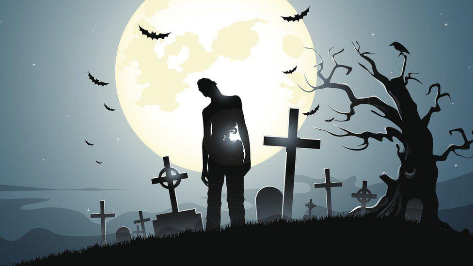Силуэт зомби на фоне луны