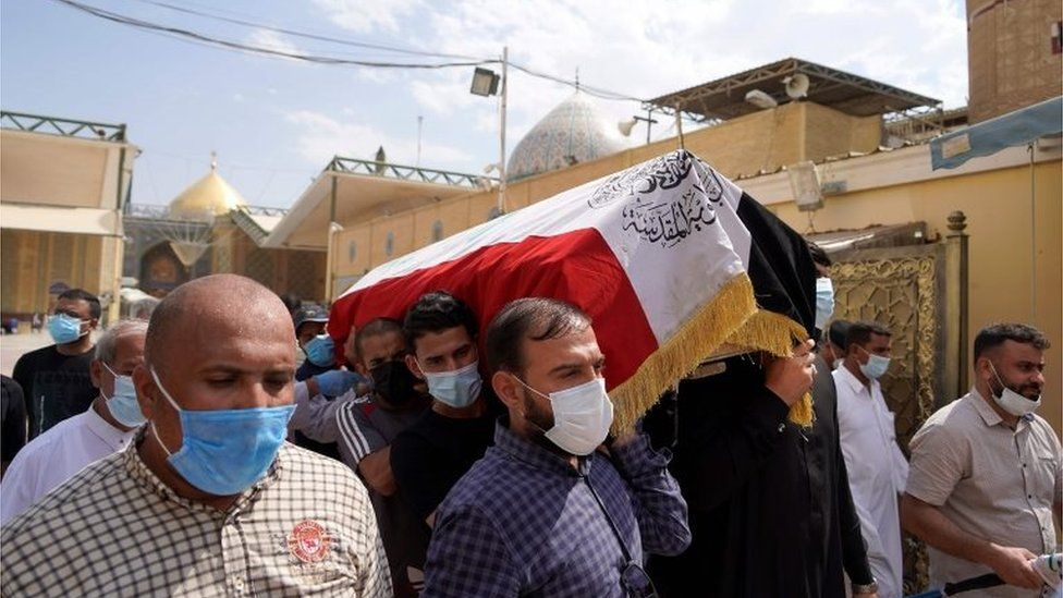 Mourners carry the coffin of Hisham al-Hashimi in Baghdad (7 July 2020)